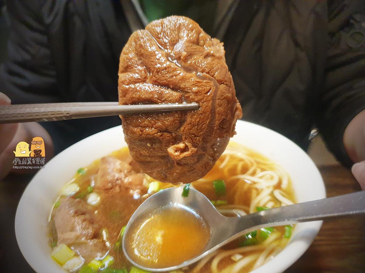 台北大安美食 小公園牛肉麵,肉又大塊又多只要130元,藏在巷子裡面在地人推薦美食!激推!