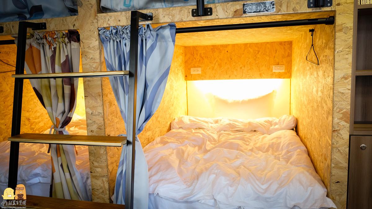 小巷內客棧背包客房讀書燈獨立插座
